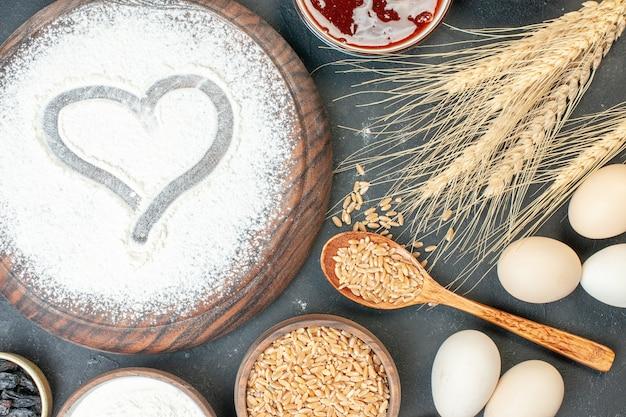 ダークケーキフルーツスウィートパイティーデザートビスケットシュガーペストリーにナッツとハート型の白い小麦粉の上面図