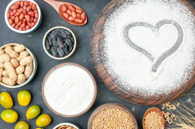 ダークフルーツの甘いパイティーペストリーデザートビスケットケーキシュガーにナッツとハートの形の白い小麦粉の上面図