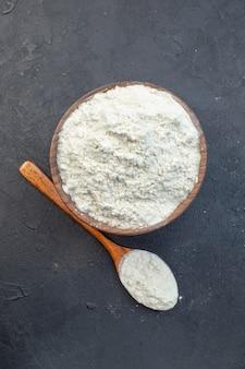 어두운 배경 반죽에 있는 접시 안에 있는 흰색 밀가루 반죽을 굽다 오븐 케이크 파이 비스킷 먼지
