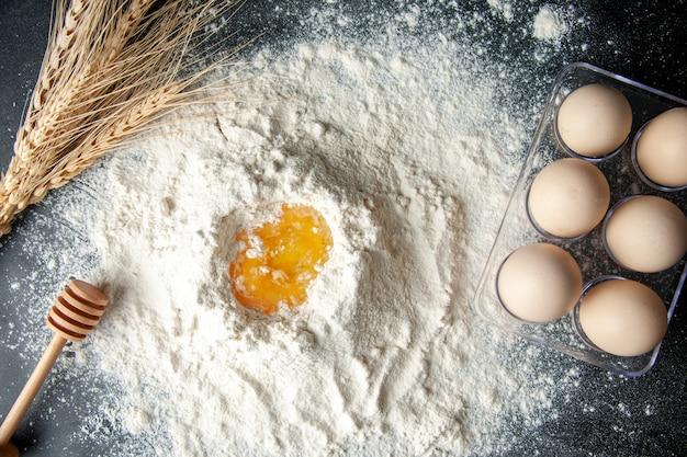 어두운 배경 페이스트리 작업 계란 케이크 파이 빵집 작업자 요리에 계란과 혼합된 상위 뷰 흰 밀가루