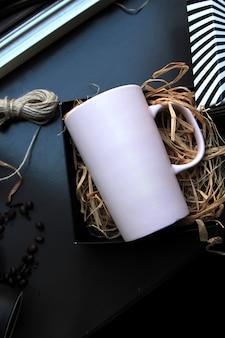 干し草のボックスに白いマグカップのトップビュー