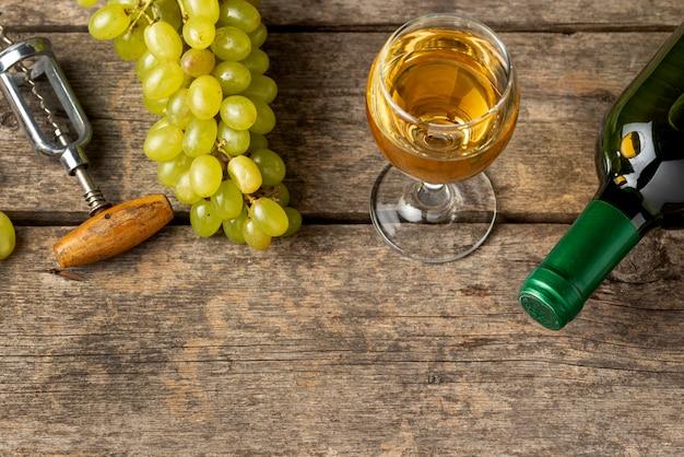 Vista dall'alto vino bianco biologico in vetro