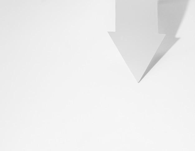 Vista dall'alto della freccia del libro bianco con spazio di copia