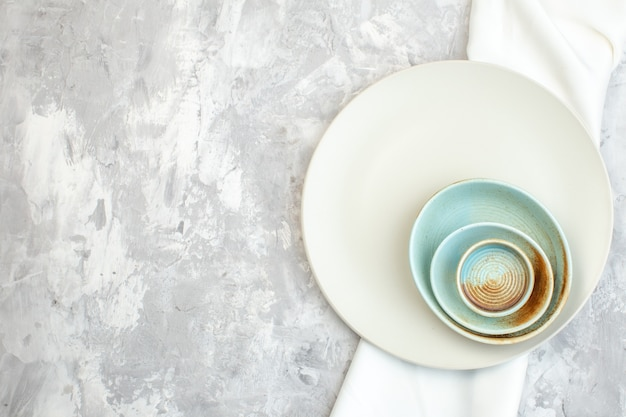 밝은 배경에 평면도 흰색 접시 부엌 음식 색 식사 수평 여성 유리 여성 스러움
