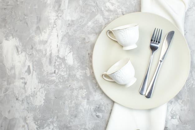 밝은 배경에 컵 포크와 나이프가 있는 평면도 흰색 접시 주방 음식 유리 여성용 색상 식사 수평