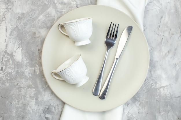 밝은 배경에 컵 포크와 나이프가 있는 평면도 흰색 접시 주방 음식 유리 여성용 컬러 식사 수평