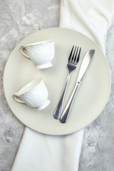 밝은 배경에 컵 포크와 나이프가 있는 상위 뷰 흰색 접시 주방 음식 유리 여성 여성 식사 수평