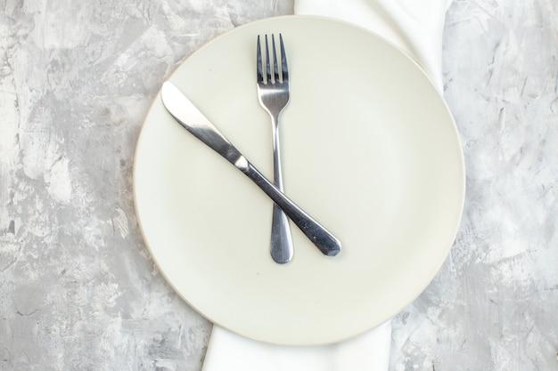 밝은 배경에 포크와 나이프가 있는 평면도 흰색 접시 주방 음식 색상 식사 수평 유리 여성