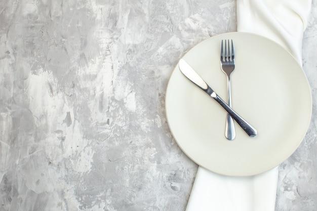 밝은 배경에 포크와 나이프가 있는 평면도 흰색 접시 주방 음식 색상 식사 수평 여성 유리 여성