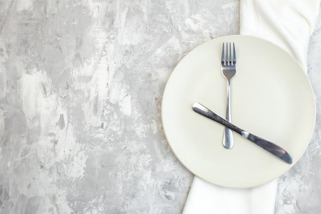 밝은 배경에 포크와 나이프가 있는 평면도 흰색 접시 주방 음식 색상 식사 수평 여성용 유리