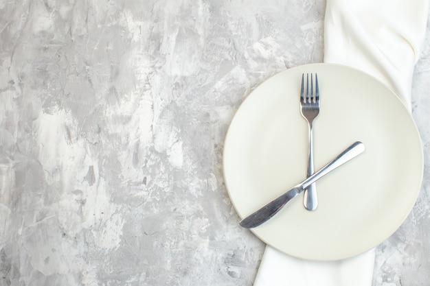 밝은 배경에 포크와 나이프가 있는 평면도 흰색 접시 주방 음식 여성용 색상 식사 수평 유리