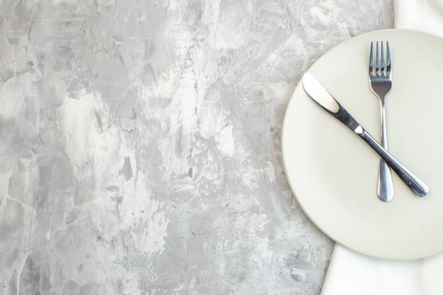 밝은 배경에 포크와 나이프가 있는 평면도 흰색 접시 주방 음식 여성성 색상 식사 수평 여성용 유리 무료 장소