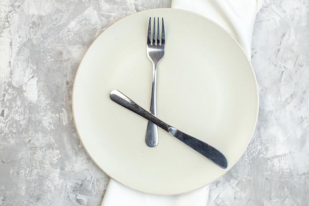 밝은 배경에 포크와 나이프가 있는 평면도 흰색 접시 주방 음식 여성성 컬러 식사 수평 여성용 유리