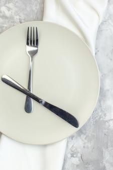 밝은 배경에 포크와 나이프가 있는 흰색 접시 주방 음식 여성 식사 수평 여성용 유리