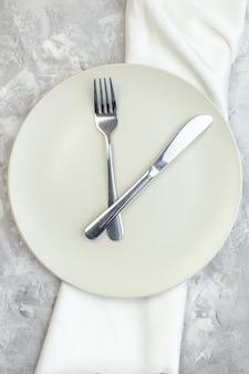 밝은 배경에 포크와 나이프가 있는 평면도 흰색 접시 주방 음식 유리 색상 식사 수평 여성