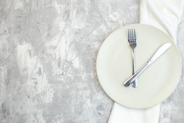 밝은 배경에 포크와 나이프가 있는 평면도 흰색 접시 주방 음식 유리 여성용 색상 식사 숙녀