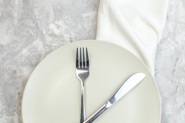 밝은 배경에 포크와 나이프가 있는 평면도 흰색 접시 주방 음식 유리 여성 식사 수평 여성