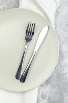 밝은 배경에 포크와 나이프가 있는 평면도 흰색 접시 주방 유리 숙녀 음식 색상 식사 수평