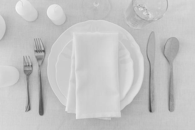 Vista dall'alto di piatti bianchi sul tavolo con copia spazio