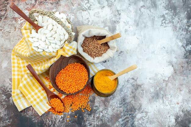 밝은 표면에 오렌지 렌즈 콩과 후추와 상위 뷰 흰색 씨앗