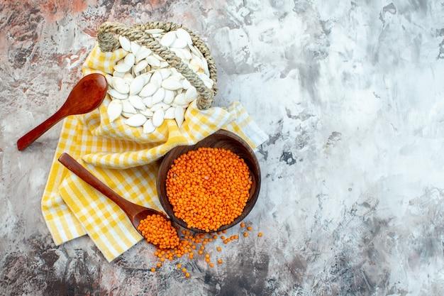 明るい表面にオレンジ色のレンズ豆を持つ上面図白い種子