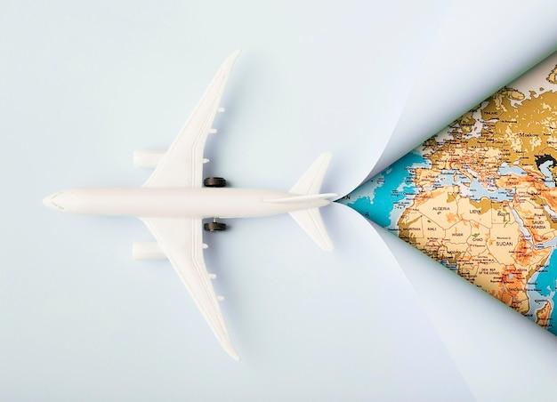 Вид сверху белый игрушечный самолет и карта