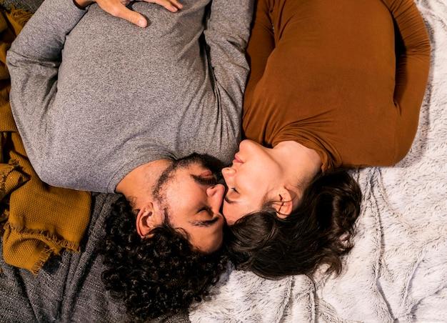 ベッドで昼寝している上面図の妻と夫
