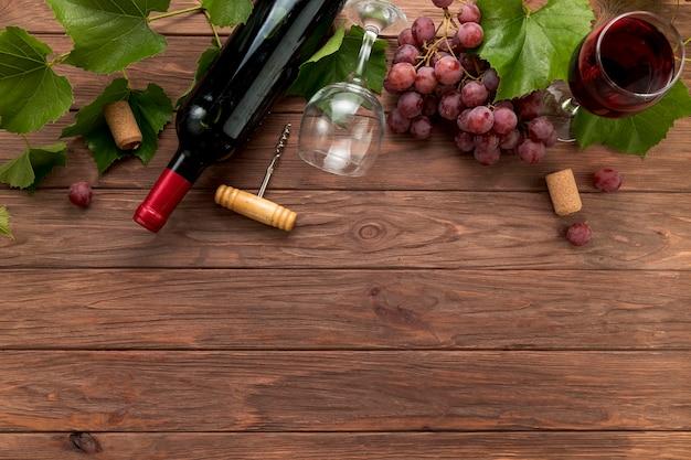 木製の背景上のトップビューワインボトル 無料写真
