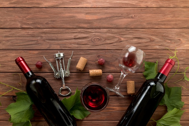 Вид сверху винные бутылки на деревянном фоне