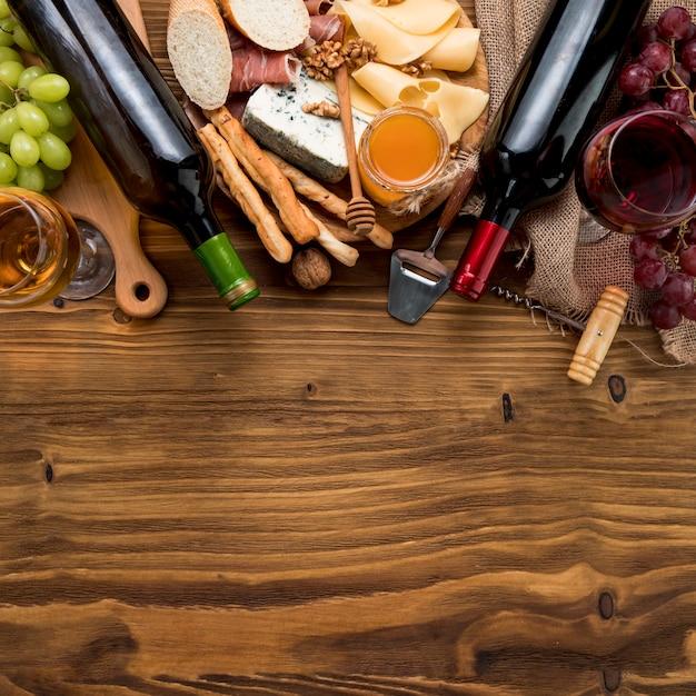 음식과 포도의 무리와 함께 상위 뷰 와인
