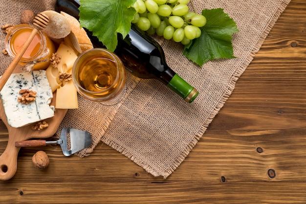 Vista dall'alto vino con cibo e grappolo d'uva