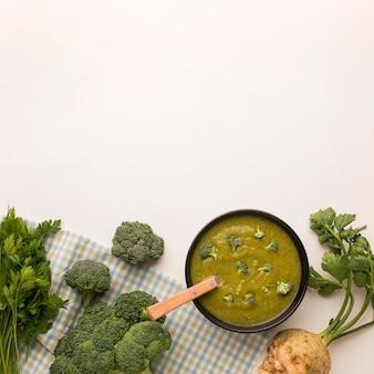 Vista dall'alto della zuppa di broccoli invernali con sedano e copia spazio