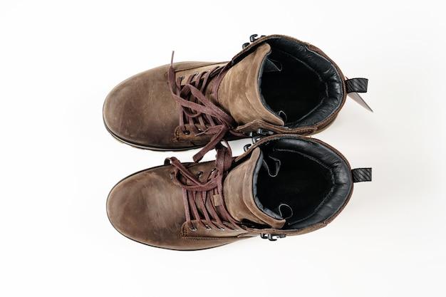 평면도. 흰색 바탕에 겨울 갈색 가죽 남자 신발. 여행과 관광을 위한 아름답고 현대적인 신발을 쇼핑하세요.