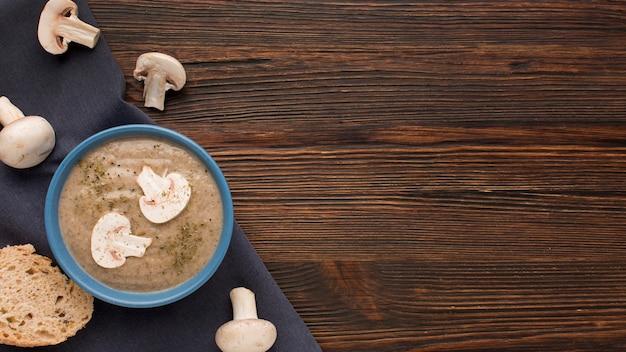 Vista dall'alto della zuppa di funghi d'inverno nella ciotola con lo spazio della copia