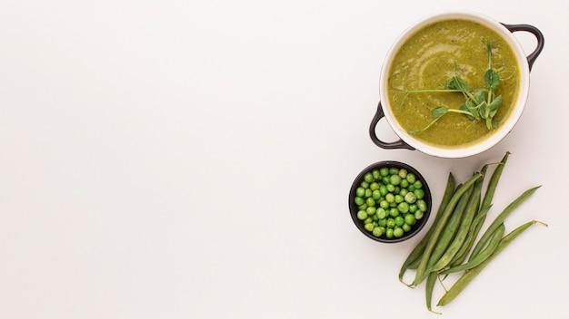 Vista dall'alto di zuppa di piselli invernali e copia spazio