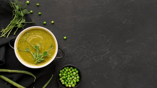 Vista dall'alto della zuppa di piselli invernali con copia spazio