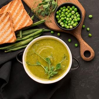 Vista dall'alto della zuppa di piselli invernali con pane tostato