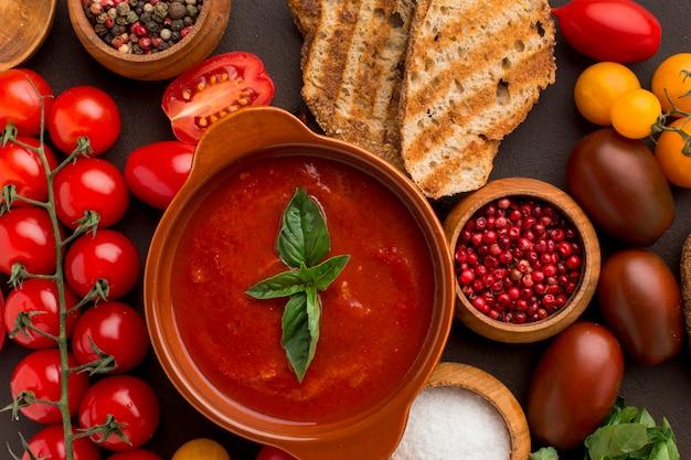 Vista dall'alto della zuppa di pomodoro invernale nella ciotola con pane tostato
