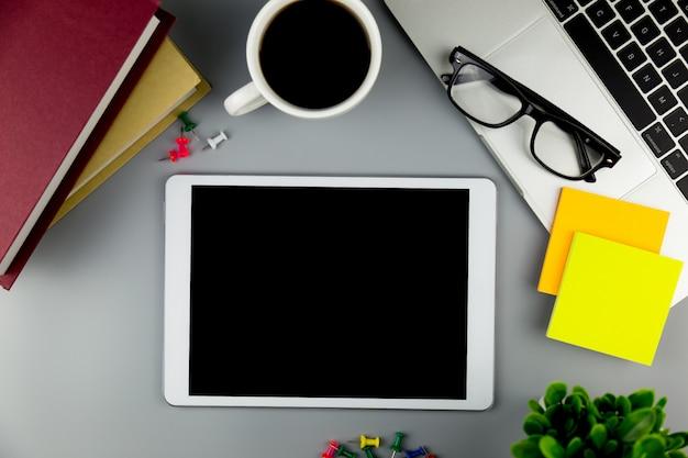 빈 사무실 책상 작업 공간에 태블릿을 모의 상위 뷰.