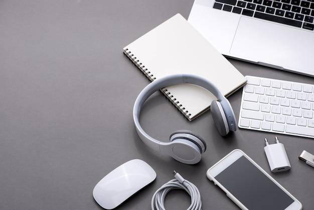 コピースペースのある上面図。ビジネスワークプレイスのオフィスデスク。