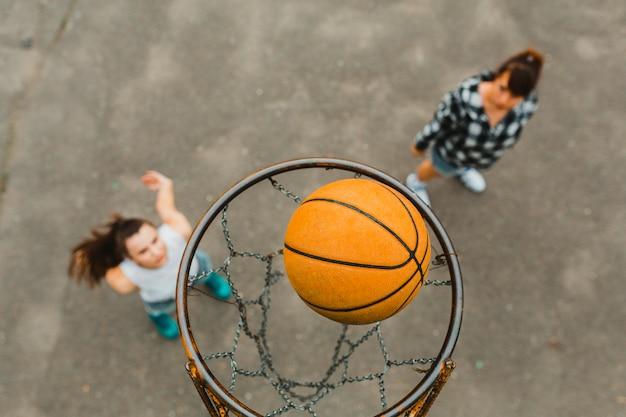 Вид сверху с обручем девушек, играющих в баскетбол