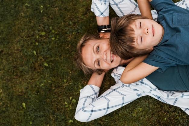 Вид сверху женщина и ребенок на траве