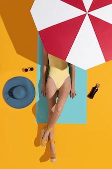 水着日焼けのトップビューの女性