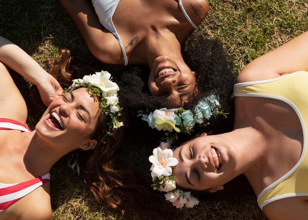 草の上に横たわっている上面図の女性