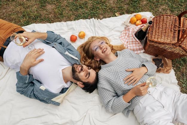 Vista dall'alto donna e uomo che hanno un picnic insieme