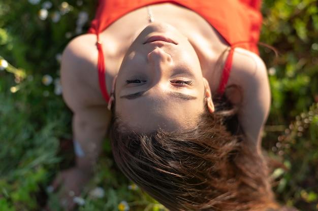 Donna vista dall'alto in posa nella natura