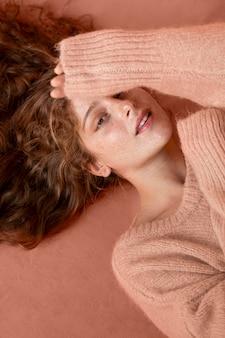 ピンクのセーターを着ている上面図の女性