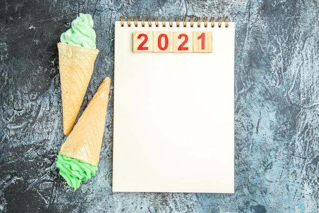 Blocchi di legno vista dall'alto su gelati per notebook su sfondo grigio