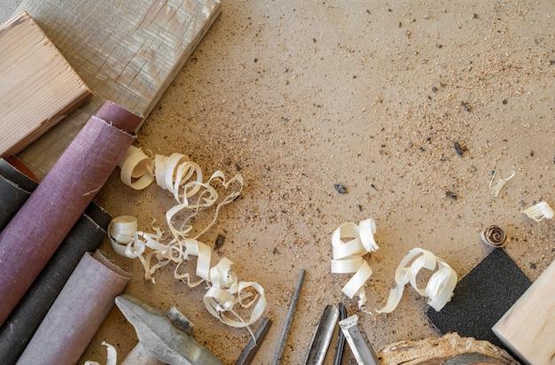 Assortimento di oggetti di artigianato in legno vista dall'alto