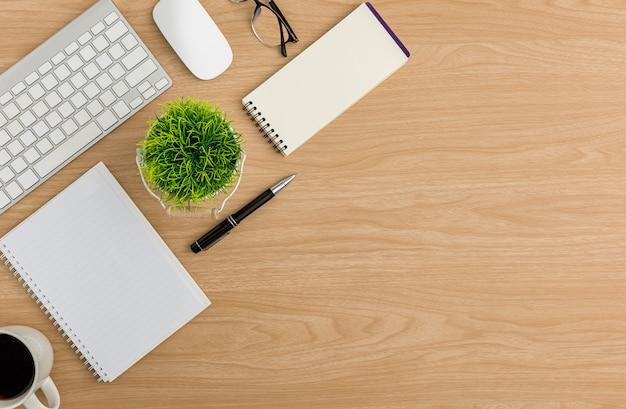 상위 뷰 나무 사무실 책상 테이블입니다. 평평한 작업 공간